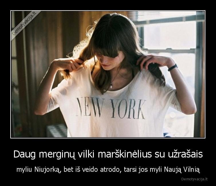 Daug merginu vilki marskinelius su uzrasais myliu Niujorka bet is veido atrodo tarsi jos myli Nauja Vilnia