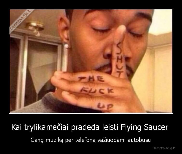 Kai trylikameciai pradeda leisti Flying Saucer Gang muzika per telefona vaziuodami autobusu