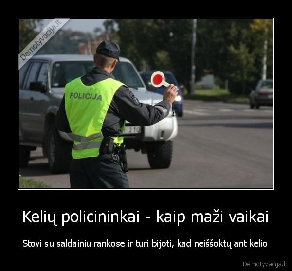 Keliu policininkai kaip mazi vaikai Stovi su saldainiu rankose ir turi bijoti kad neissoktu ant kelio