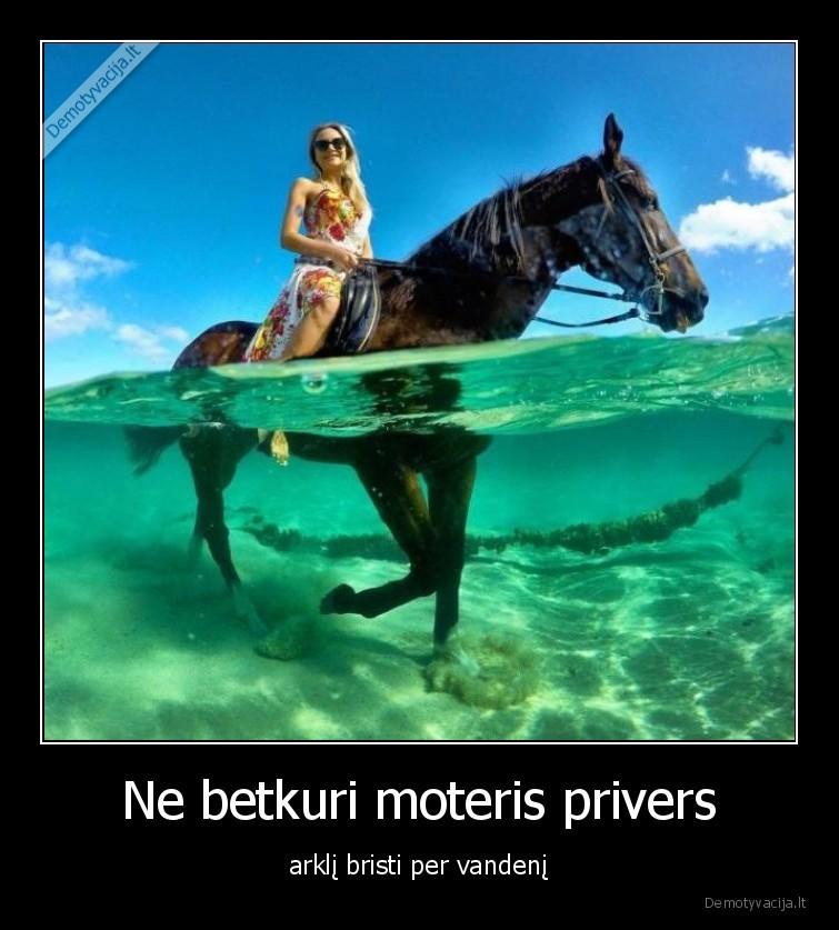 Ne betkuri moteris privers arkli bristi per vandeni