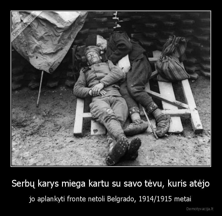Serbu karys miega kartu su savo tevu kuris atejo jo aplankyti fronte netoli Belgrado 19141915 metai