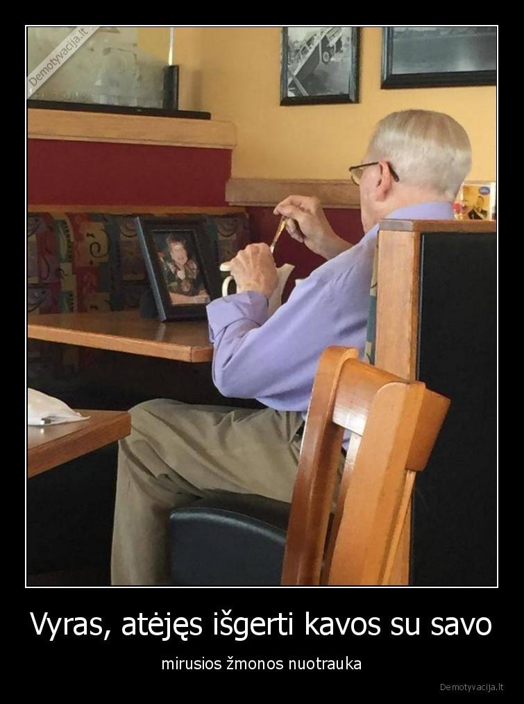 Vyras atejes isgerti kavos su savo mirusios zmonos nuotrauka